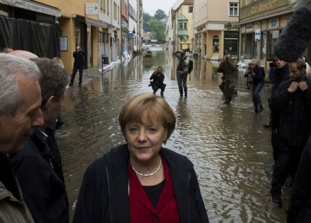 2459277_german-chancellor-merkel-inspects-flooded-street-near-elbe-river-in-east-german-town-of-pirna-inondations-allemagne