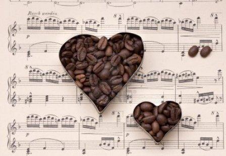 4894955-coeurs-de-cafe-en-grains-definie-sur-vieux-papiers-de-partitions-de-musique-nature-morte