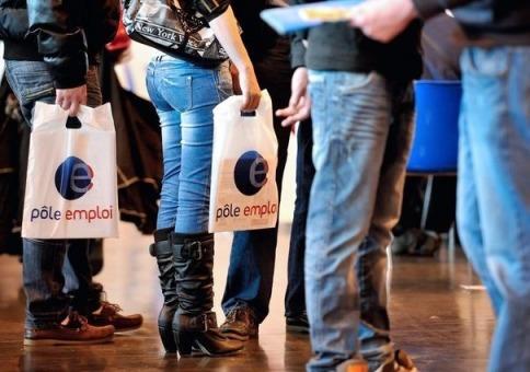 749933_des-personnes-visitent-le-stand-de-pole-emploi-lors-d-un-salon-sur-l-emploi-a-arras-le-18-octobre-2012