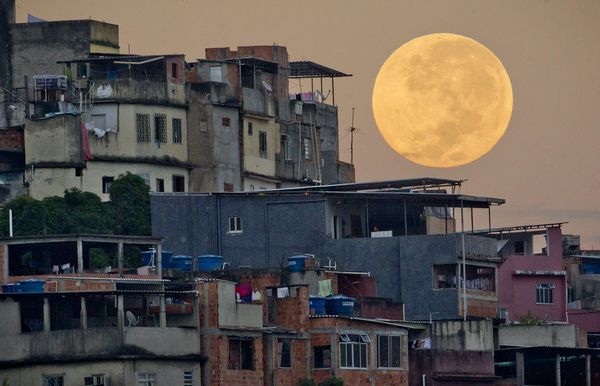 supermoon-lunar-perigee-seen-may-2012-rio-houses_52633_600x450