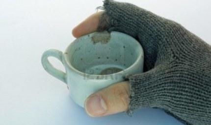 pauvre-homme-tenant-une-tasse-de-cafe
