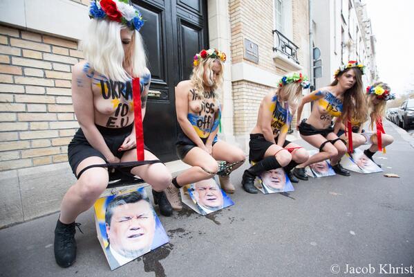 Femen devant l'ambassade d'Ukraine à Paris le 1er décembre 2013