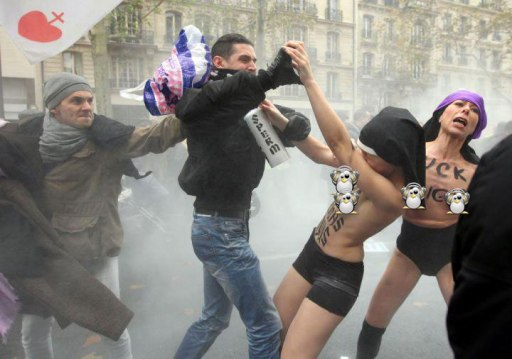 FEMEN-manifestation-contre-le-mariage-pour-tous-1