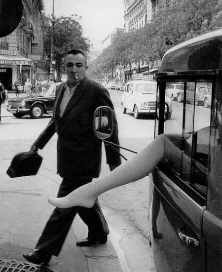 Doisneau-2606-La-jambe-rue-d-Alesia-PARIS-1968