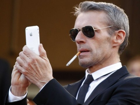 apple-iphone-smoking-lambert-wilson