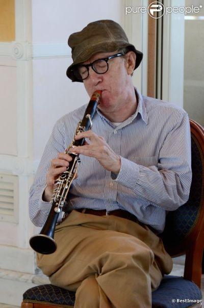 668071-woody-allen-joue-de-la-clarinette-dans-637x0-2