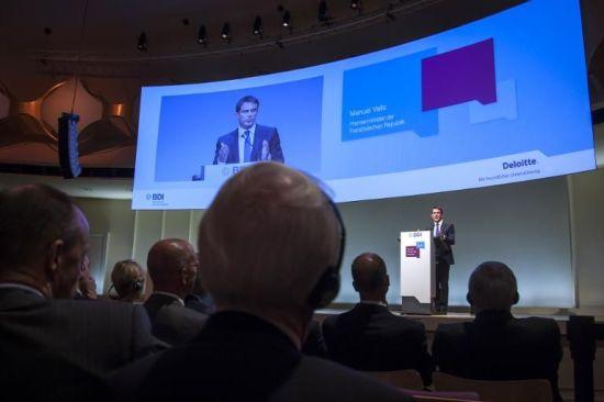 679446-le-premier-ministre-manuel-valls-le-23-septembre-2014-devant-le-patronat-allemand-a-berlin