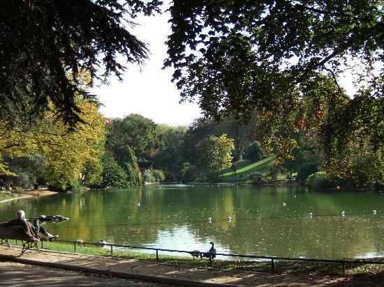lake-at-parc-montsouris
