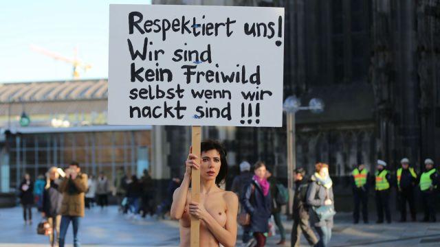 l-artiste-suisse-milo-moire-manifeste-pour-protester-contre-les-agressions-sexuelles-commises-le-soir-du-nouvel-an-en-allemagne-devant-la-cathedrale-de-cologne-le-8-janvier-2016_5494764